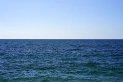 海天线在一个晴朗的夏日 库存图片