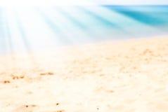 海太阳发出光线海滩海岸线假日背景 免版税图库摄影