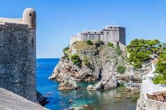 海小海湾和城市围住塔在堡垒Lovrijenac下在杜布罗夫尼克, 免版税库存照片