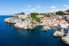 海小海湾和船坞接近堆门和堡垒Lovrijenac在配音 免版税库存照片