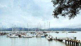 海小游艇船坞在雨中 免版税库存图片