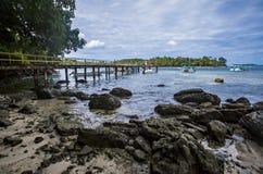 海岛、小船、云彩和蓝天, Iboih海滩美丽的景色,在萨邦,印度尼西亚 库存图片