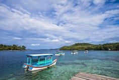 海岛、小船、云彩和蓝天, Iboih海滩美丽的景色,在萨邦,印度尼西亚 免版税库存照片