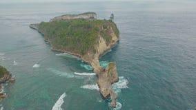 海岛、峭壁、大海海洋和波浪,巴厘岛,印度尼西亚鸟瞰图  股票视频