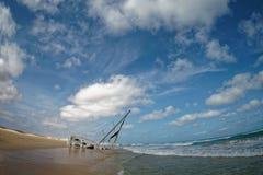 海岛博阿维斯塔在佛得角,风景-与帆船的海难的海边 免版税库存图片