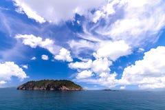 海岛和云彩看法  免版税库存图片
