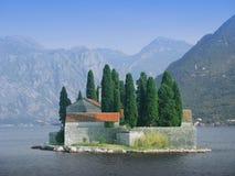 海岛和城堡在水 免版税库存图片