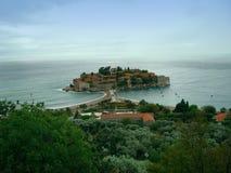 海岛和城堡在水 免版税库存照片