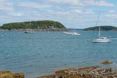 海岛和小船 库存图片