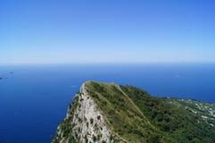 海岛和纯净的蓝色海洋在Anacapri海岛 库存图片