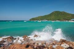 海岛和水飞溅 免版税库存图片
