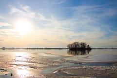 海岛在冬天日落的一个冻湖 库存图片