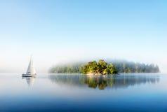 海岛在有雾的早晨 库存图片