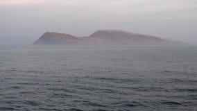 海岛在有雾的海洋
