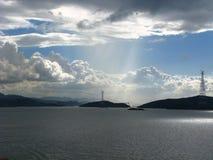 海岛在有cloudscape的港口 库存图片