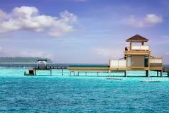 海岛在海洋, overwater别墅。 Maldive 免版税库存照片