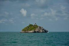 海岛在海运 免版税库存图片