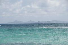 海岛在离海岸的附近 免版税图库摄影
