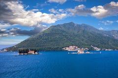 海岛在离Perast的附近海岸  免版税库存图片