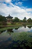 海岛宫殿皇家亭子的池塘 免版税库存图片