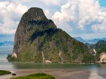 海岛山海蓝天白色云彩 使丰富的自然热带石灰石石灰岩地区常见的地形山长满的密集的绿色树环境美化 免版税库存照片