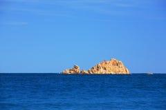 海岛岩石海运 免版税库存照片
