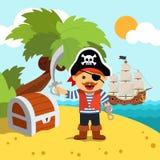 海岛岸的海盗上尉与宝物箱 免版税库存图片
