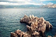 海岛峭壁和海景、鸟瞰图与风平浪静和清楚的天空 软,对照片的葡萄酒作用 免版税库存图片