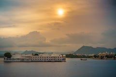 海岛旅馆在湖 库存照片