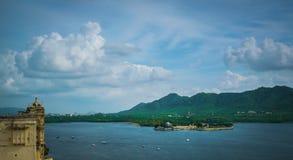 海岛旅馆在湖 免版税库存图片
