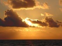 海岛日出在一个多云早晨 库存照片