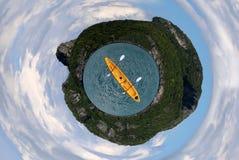 海岛海和天空的圈子图象与划皮船 图库摄影