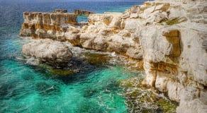 海岛海岸,石灰石峭壁 免版税库存图片