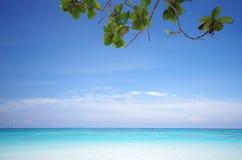 海岛海滩和蓝天 免版税图库摄影