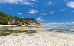 海岛海滩在塞舌尔群岛的印度洋 免版税库存图片