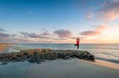 海岛海滩日出和瑜伽实践 免版税库存照片