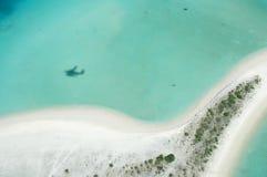海岛海滩的鸟瞰图 免版税库存图片