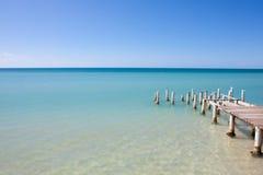 海岛海滩码头视图 免版税库存图片