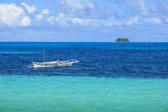 海岛渔船在绿松石水域中 图库摄影