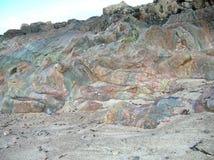 海岛爱奥那岛,苏格兰,英国的多色的岩石 免版税库存照片