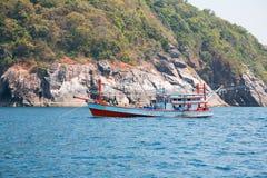 海岛的渔拖网渔船在安达曼海,泰国 库存图片