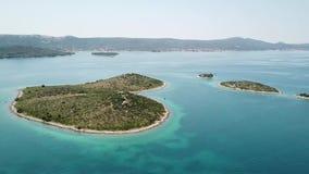 海岛的鸟瞰图以心脏的形式,克罗地亚,恋人海岛, Otok Galesnnjak,小岛,岩石 并且叫的otok za Za 股票录像