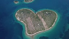 海岛的鸟瞰图以心脏的形式,克罗地亚,恋人海岛, Otok Galesnnjak,小岛,岩石 并且叫的otok za Za 股票视频