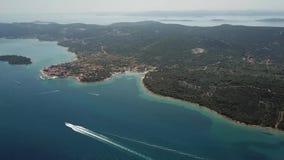 海岛的鸟瞰图克罗地亚、海岛Ugljan在北达尔马提亚和更小的海岛, Otok Galesnnjak海岸的  股票视频