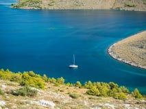 海岛空中全景在有之间许多航行游艇的克罗地亚,科纳提群岛在地中海的国家公园风景 图库摄影