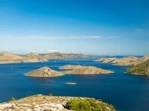 海岛空中全景在有之间许多航行游艇的克罗地亚,科纳提群岛在地中海的国家公园风景 免版税库存图片