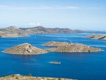 海岛空中全景在有之间许多航行游艇的克罗地亚,科纳提群岛在地中海的国家公园风景 库存照片