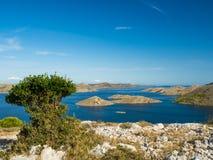 海岛空中全景在有之间许多航行游艇的克罗地亚,科纳提群岛在地中海的国家公园风景 免版税图库摄影
