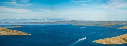 海岛空中全景在有之间许多航行游艇的克罗地亚,科纳提群岛在地中海的国家公园风景 免版税库存照片