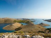 海岛空中全景在有之间许多航行游艇的克罗地亚,科纳提群岛在地中海的国家公园风景 库存图片